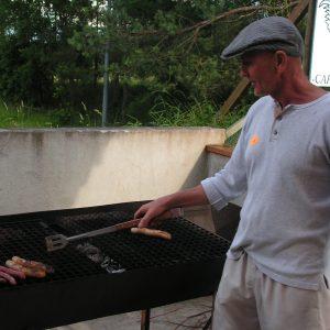 Gilbert aide au barbecue