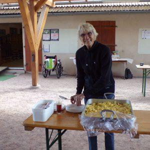 Nicole sert des pommes de terre