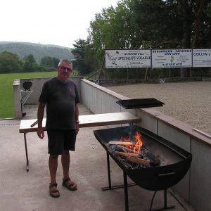 Jean-Yves prépare le barbecue